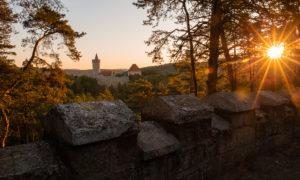 Kokořín při východu slunce a skalní město